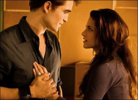 Qu'est-ce qu'Edward annonce à Bella la veille du mariage ?