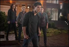 Pourquoi Jacob décide-t-il brusquement de ne pas tuer la fille de Bella ?