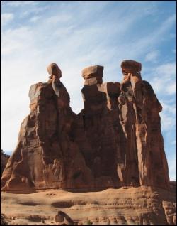 Où se trouvent ces rochers dont la forme rappelle des indiens pétrifiés ?