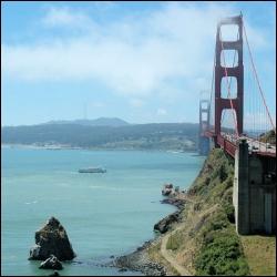 Quel célèbre pont domine la baie de San Francisco ?