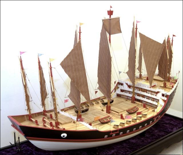 A partir de 1405, l'amiral chinois Zheng He a écumé l'océan Indien avec son armada d'une centaine de bateaux. Comment s'appelaient ces navires (jusqu'à 500 hommes/navire) ?