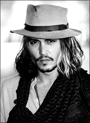Acteur fétiche et ami de Tim Burton, compagnon de Vanessa Paradis il est...