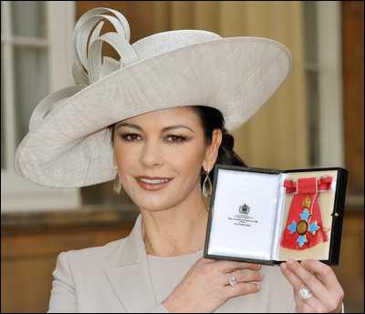 Catherine Zeta-Jones a été anoblie par la reine d'Angleterre. Quand était-ce ?