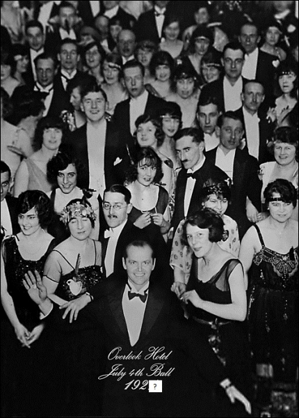 A la fin du film, un dernier travelling montre une photographie accrochée au mur de l'hôtel. On y voit Jack en tenue de soirée au milieu des invités. Le cliché porte la légende :
