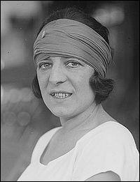 Grande sportive française née en 1899, joueuse de tennis, elle fut surnommée 'La Divine'. Elle débuta ce sport à l'âge de 11 ans. Un court de Roland-Garros porte son nom.
