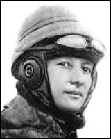 Pionnière de l'aviation, elle fut surnommée 'La fiancée du danger'. Elle obtint 4 brevets de pilote et fut détentrice de plusieurs records. Elle se déguisa en homme pendant la 1ère Guerre mondiale.