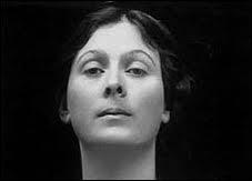 Très grande danseuse d'origine américaine, née en 1877, elle fut l'initiatrice des premières bases de la danse contemporaine. La mythologie grecque l'inspira beaucoup.