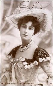 Danseuse française aux 'Folies Bergère', grande courtisane de son époque, elle mena une vie tumultueuse en vivant avec l'écrivaine Nathalie Barney et se mariant avec un prince roumain en 1910.