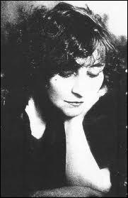 Écrivaine française née en 1873, membre de l'Académie Goncourt, elle connut le succès avec sa série de romans 'Claudine' et 'Le Blé en herbe'. Elle fut aussi journaliste pour le quotidien 'Le Matin'.
