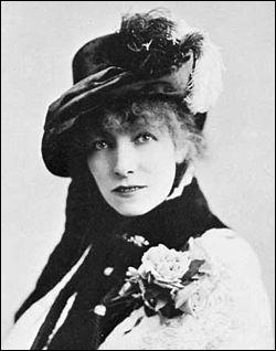 Monstre sacré du théâtre, immense comédienne, elle fut surnommée 'La Divine'. Elle excellait dans le répertoire dramatique et fit plusieurs tournées en Amérique.
