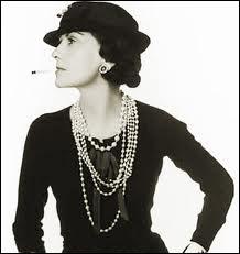 Grande couturière française. Dès 1916 elle raccourcit les jupes et supprima la taille. Karl Lagerfeld dit d'elle ' Elle n'était pas un designer, c'était une femme de son temps'.