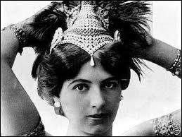 Artiste et aventurière d'origine hollandaise, elle se fit passer pour une danseuse orientale. Elle fut fusillée en 1917, accusée d'espionnage en faveur de l'Allemagne pendant la 1ère Guerre mondiale.