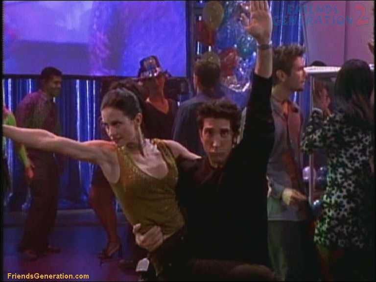 Que font les autres friends pendant que Ross et Monica dansent la 'routine' ?