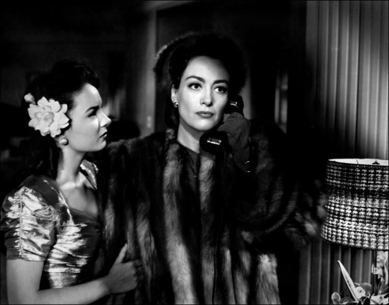 En 1945, Michael Curtiz signe un chef-d'œuvre : ''Le Roman de Mildred Pierce''. Soixante-six ans plus tard, pour une mini-série, une actrice reprend le rôle de Joan Crawford. Qui est-elle ?
