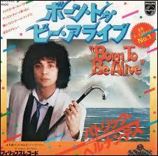 Qui a connu un succès mondial en 1977 avec son titre 'Born to be alive' ?