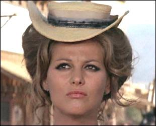 Quelle actrice tournant également dans 'Les Professionnels' joue le rôle de Mme McBain ?