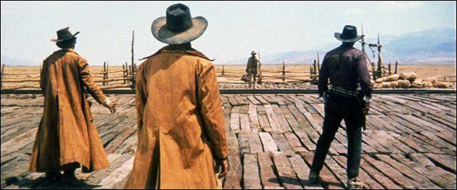 Début du film - D'après le chef de gare, combien les trois hommes en cache-poussière lui doivent-ils ?