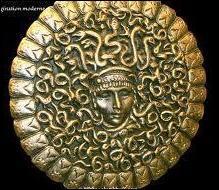 Quelle divinité de la mythologie romaine a le gorgonéion (bouclier orné d'une tête de Méduse) pour attribut ?