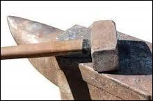 Quelle divinité de la mythologie romaine a le marteau et l'enclume pour attribut ?