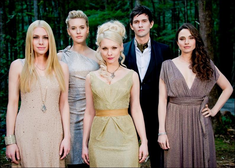 Pendant que Jacob, Renesmée et Bella chassent, qui les observe ? (chapitre 27)