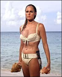 Cette actrice est connue mondialement pour sa sortie de l'eau en bikini blanc dans le premier film de James Bond. Qui est-ce ?