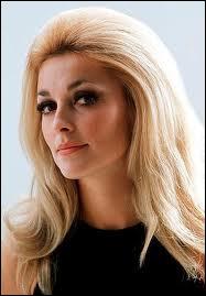 Cette jolie actrice était la femme du réalisateur Roman Polanski. Elle est décédée à seulement 26 ans, assassinée alors qu'elle était enceinte de 6 mois. Qui est-elle ?