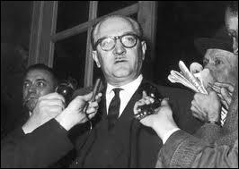 Quel chef de gouvernement socialiste a fixé comme priorité absolue la victoire militaire en envoyant un contingent de 400 000 hommes 'mater' la rébellion en 1956 ?