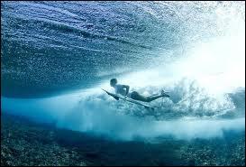 Comment appelle-t-on un surfeur qui place sa jambe gauche à l'avant de la planche quand il se relève ?