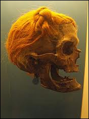 Chez ce peuple antique, les guerriers se distinguaient par une coiffure très spécifique : un chignon sur le côté ou bien disposé sur la nuque. Il s'agit des :