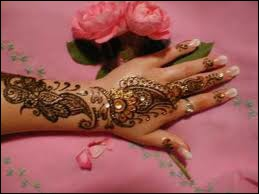 Les femmes musulmanes pratiquent le tatouage au henné, très esthétique, sur les paumes des mains et la plante des pieds. Quelles sont les autres vertus du henné ?