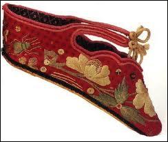 Autrefois en Chine, pendant près de 1000 ans, les femmes ont eu les pieds bandés. A l'origine, c'était une coutume appliquée aux courtisanes. Quel est le nom poétique de cette pratique ?