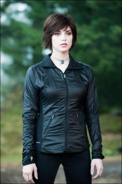 Lorsque qu'Alice a une vision pendant la fête de fin d'année chez les Cullen, de quelle couleur est la lumière derrière elle ?