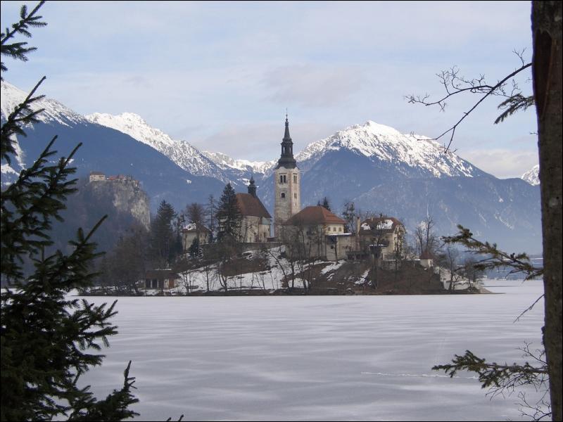 Dans quel pays européen, frontalier de l'Autriche et de la Hongrie se situe le lac de Bled ?