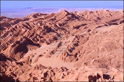 Au nord du Chili, près des Andes, se trouve la vallée de la Lune. Quel pays possède une frontière avec ce désert ?