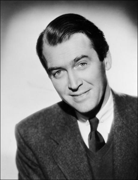 Acteur fétiche d'Hitchcock, il a le rôle principal dans 'Sueurs froides' et dans 'Fenêtre sur cour'. Quel est cet acteur ?