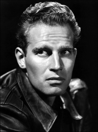 Il tient le rôle phare dans de nombreux péplums, comme 'Ben Hur' ou 'Les 10 commandements' (1956). Quel est cet acteur ?