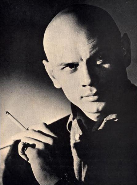Pour son rôle dans 'Le roi et moi' (1951), il s'est rasé la tête puis a gardé ce look. Il a aussi joué dans 'les 10 commandements'. Qui est-ce ?