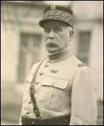 Auréolé d'un immense prestige au lendemain de la Première Guerre mondiale, le maréchal Pétain avait un surnom glorieux. Lequel ?