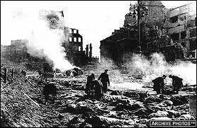 Alors que l'Allemagne était sinistrée et son armée en déroute, quelle ville Churchill autorise-t-il à bombarder en février 1945 ? Certains historiens qualifient cet évènement de ' crime de guerre '.