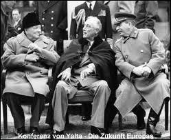 Dans quelle ville Churchill, Roosevelt et Staline se rencontrent-ils en février 1945 pour discuter des moyens pour finir la guerre et prévoir un partage de leurs zones d'influence dans le monde ?