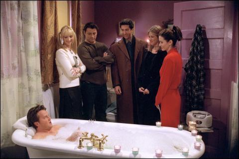 Chandler, en découvrant cette surprise, dit quelque chose, mais quoi ?