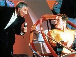 Dans quel film, Arnold Schwarzenegger participe-t-il à une émission de télévision où les candidats font l'objet d'une chasse à l'homme ?