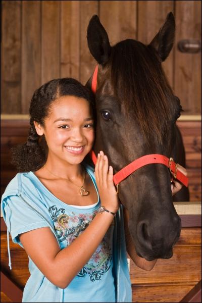 Comment s'appelle le cheval de Desi ?