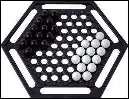 Quel jeu de stratégie consiste à pousser 6 billes de l'adversaire dans la rigole ?