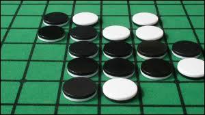 Quel jeu de société combinatoire (pions réversibles) consiste à obtenir un maximum de pions de sa couleur ?