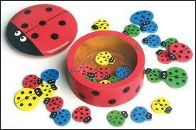 Le but de ce jeu est de faire rentrer les jetons dans la petite boîte. Quel est ce jeu ?