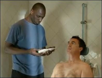 Driss doit prodiguer des soins à Philippe. Quelle est la première demande qui lui procure de la gêne ?