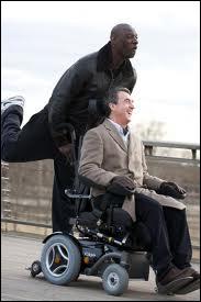 Il se déplace en fauteuil électrique. De quel handicap souffre-t-il ?