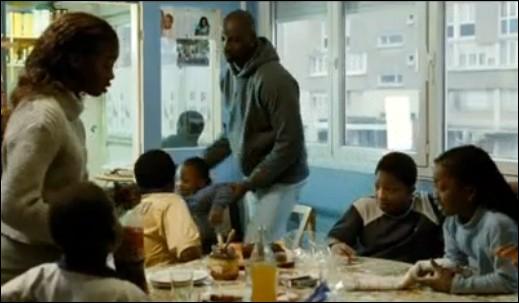 Le jeune africain de l'histoire vit dans une HLM de banlieue avec une ribambelle de frères et soeurs. Comment se fait-il appeler ?
