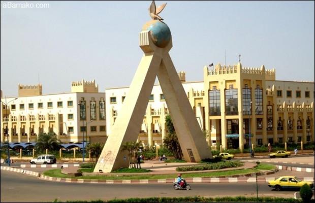 ''Les djembés et les dununs résonnent partout... Le dimanche à Bamako, c'est le jour de... ''